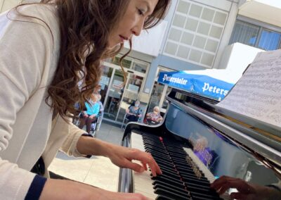 Chisako Okano am Klavier