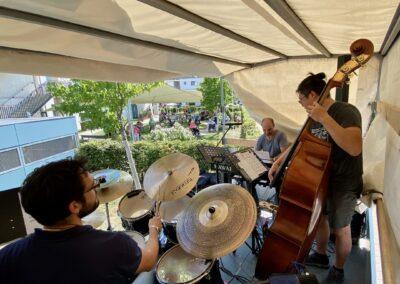 """Trio Tirantes im mobilen Konzertsaal der Aktion """"Wir Spielen"""""""